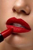 红色的嘴唇 妇女与明亮的唇膏的秀丽面孔特写镜头  免版税库存照片