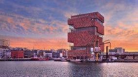 红色的MAS博物馆上色了破晓,安特卫普,比利时 库存照片