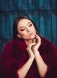 红色皮大衣的时装模特儿女孩 免版税库存图片