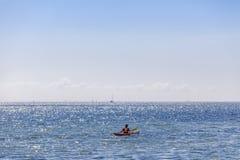 红色皮船在海 库存照片
