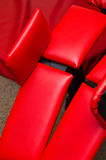 红色皮革健身房设备 库存图片