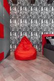 红色皮革大袋椅子 免版税库存照片