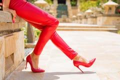 红色皮革裤子和高跟鞋 库存照片