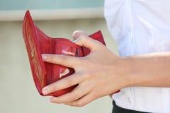 红色皮革钱包在女性手上 免版税库存图片