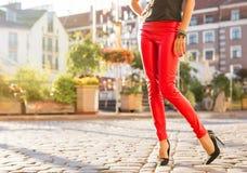 红色皮革长裤的妇女 免版税库存照片