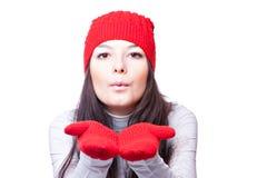 红色盖帽吹动的妇女 免版税库存照片