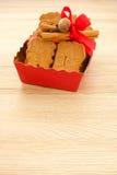 红色盘子用加香料的饼干填装了用杏仁Spekulatius 库存图片
