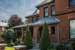 红色石头和砖房子 免版税图库摄影