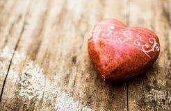 红色石头被塑造象心脏 免版税图库摄影