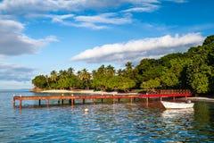 红色码头和小船 免版税库存照片