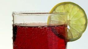 红色碳酸化合的饮料涌入了玻璃柠檬 股票视频