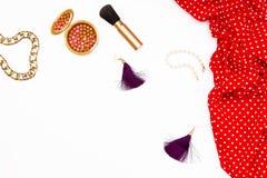 红色礼服、化妆构成和其他辅助部件妇女的白色背景的 平的位置女性秀丽概念 免版税库存照片