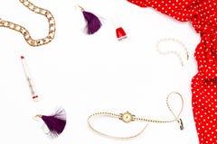红色礼服、镯子、唇膏、指甲油、手表和耳环在白色背景 最小的概念女性秀丽 免版税库存照片