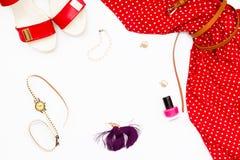 红色礼服、鞋子、手表、指甲油和耳环在白色背景 女性概念秀丽 免版税库存图片