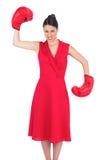 红色礼服佩带的拳击手套的恼怒的华美的浅黑肤色的男人 免版税库存图片