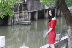 红色礼服的中国妇女在冯敬古镇 免版税库存照片