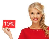 红色礼服的可爱的妇女有折扣卡片的 免版税库存图片