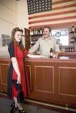 红色礼服的可爱的20世纪40年代妇女 库存照片