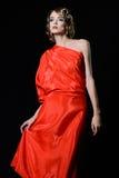红色礼服的妇女在减速火箭的样式 免版税库存照片