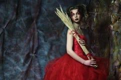 红色礼服的妇女 意想不到的发型和组成 图库摄影