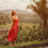 红色礼服的妇女 米大阳台 库存照片