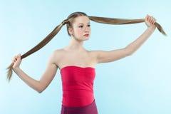 红色礼服的有雀斑的女孩 免版税图库摄影