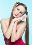 红色礼服的有雀斑的女孩 免版税库存图片