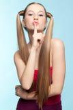 红色礼服的有雀斑的女孩 免版税库存照片