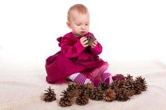 红色礼服的美丽的女婴在除夕 免版税库存照片
