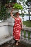 红色礼服的美丽的妇女 库存图片