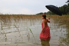 红色礼服的美丽的妇女 免版税图库摄影
