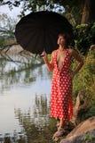 红色礼服的美丽的妇女 免版税库存图片