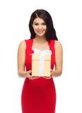 红色礼服的美丽的性感的妇女有礼物盒的 图库摄影