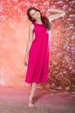 红色礼服的美丽的青少年的女孩 图库摄影
