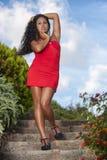 红色礼服的诱人的妇女 免版税库存照片