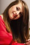 红色礼服的画象美丽的时尚妇女青少年的女孩 免版税库存照片
