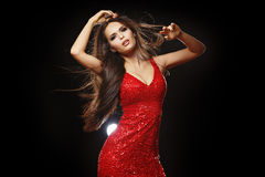 红色礼服舞蹈的美丽的长发浅黑肤色的男人 演播室,黑暗 库存照片