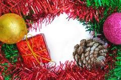 红色礼物盒和装饰品装饰框架  免版税库存图片