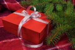 红色礼物盒在圣诞树下 图库摄影