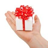 红色礼物盒在他的手上 免版税库存照片