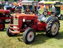 红色福特古董农用拖拉机 库存照片