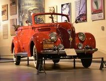 红色福特V-8敞蓬旅游车1938模型在遗产运输博物馆在古尔冈,哈里亚纳邦印度 免版税库存图片