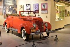 红色福特V-8敞蓬旅游车1938模型在遗产运输博物馆在古尔冈,哈里亚纳邦印度 图库摄影