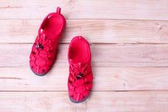红色穿上鞋子在木背景的sandle 免版税库存图片