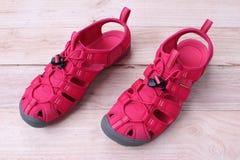 红色穿上鞋子在木背景的sandle 免版税库存照片