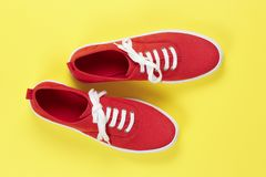 红色穿上鞋子绒面革 免版税库存图片