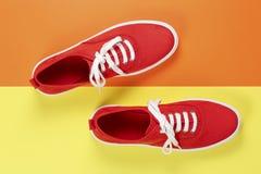 红色穿上鞋子绒面革 库存图片