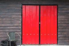 红色窗口褐色木头墙壁 免版税图库摄影