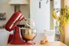 红色立场搅拌器混合的奶油 库存照片