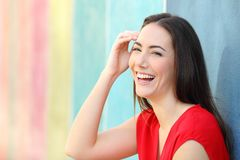 红色笑的看的照相机的快乐的妇女 免版税库存图片